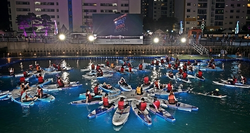 Busan Film Fest offers movie-watching experience on beach paddleboards!