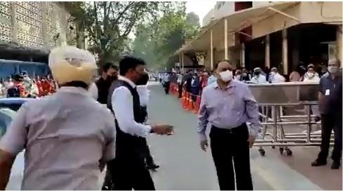 Mandaviya visits Manmohan Singh at AIIMS