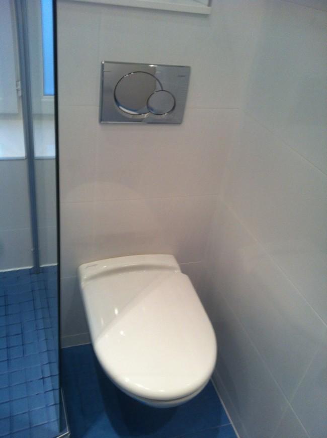 Salle de bains dans un petit espace loge de concierge