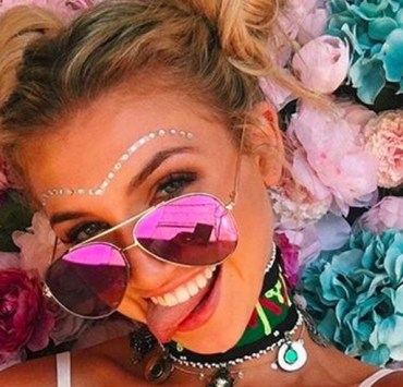 It's festival season! Try out one of these easy festival hairstyles when looking for ideas on how to wear your hair! From braids, flower headbands, accessories, and more! You won't want to miss these concert looks.