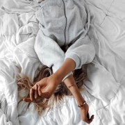 Looking for some things that make you sleep? If you're having trouble making yourself go to bed at night, these are the best sleeping tips for those who need a better nights rest!
