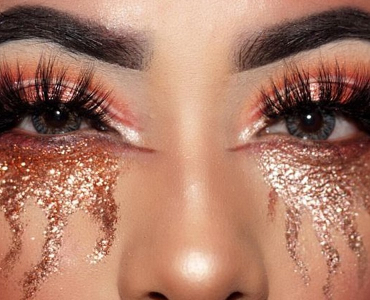 From glitter eyebrows to cheeks of glitter, we have rounded up the best festival glitter makeup ideas for this upcoming concert scene. Whether you like subtle or bold, there is a festival glitter makeup look for you.