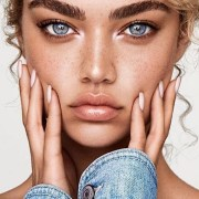 Have you always envied those long nails that many celebrities are sporting, but are too nervous about the impractical nature of them? We have rounded up 10 inspiring styles of short fake nails for you to choose from that are both pretty and practical.