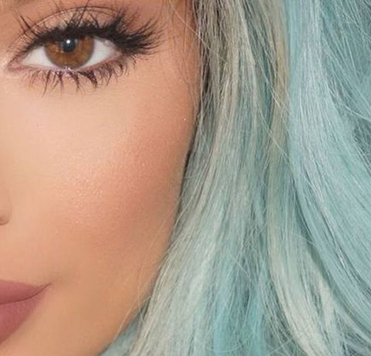 What are eyelash extensions? And why are they all the rage these days? Read our article to find out more!