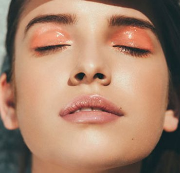 Want to find the perfect glossy eyelids makeup tutorial to follow the new glossy eyelids trend? Check out our tutorial to rock your glossy eyelids look!