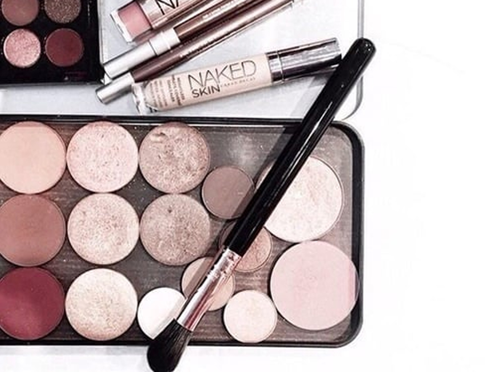 Check out these best morphe eyeshadow palettes that are stunning and on budget. You will want these in your makeup bag on trips.