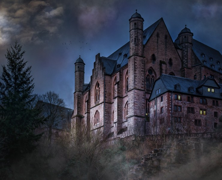 Haunted houses in the UK are all over the place! Scary castles filled with the paranormal are open for visitors during October as Halloween approaches!