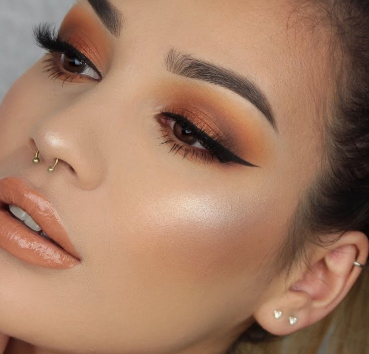 Warm makeup looks can help you look great this autumn! Get your fall foundations, lipstick, and eyeshadow ready! It's time for warm colours!