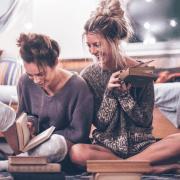 Sie studieren im Ausland und haben Schwierigkeiten, Kontakte zu knüpfen? In diesem Artikel lernen Sie, wie Sie Freunde finden und Beziehungen in einem fremden Land aufbauen können.