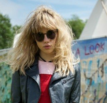 Copy Suki Waterhouse and her tomboyish glam/chic style to be trendy this season! The new model that everyone talks about will for sure influence your style.