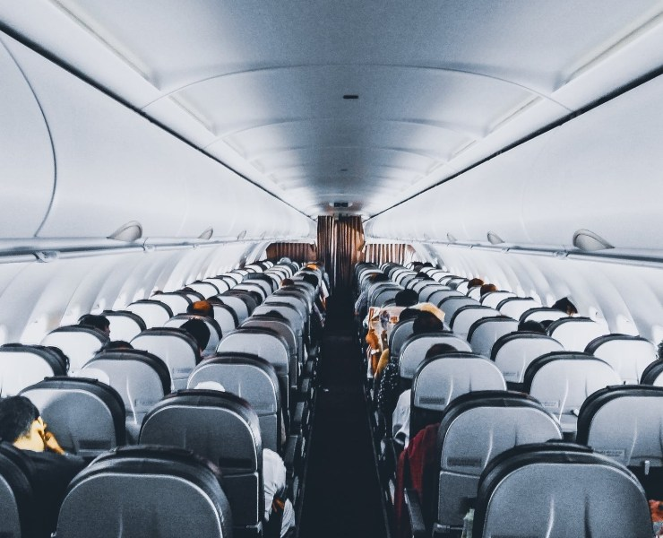 You love traveling but long-haul flights suck all the energy out of you? Here are some skin care and beauty tips and tricks you can use while flying!