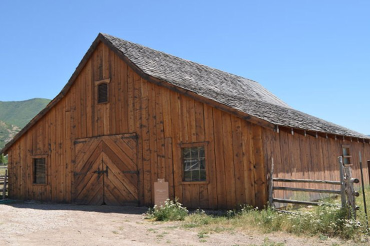 From theaters to parks and night clubs, there are plenty of haunted sites to explore. Keep reading for 10 haunted places in Utah that you NEED to visit!