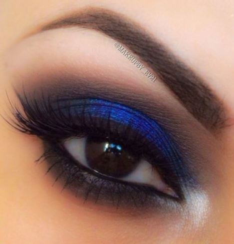 Blue eyeshadow lids are among the top makeup trends for 2017!