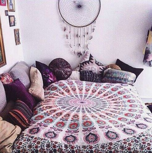 Mixing different shades of purple and pink looks so cute in boho dorm rooms!