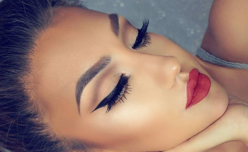There are certain winter makeup looks that you can rock all year round, like red lips and a smokey eye! Try these pretty makeup looks for any season!