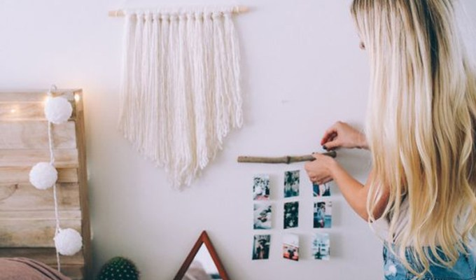 Try these easy DIY dorm room decor ideas to decorate your dorm! These DIY tips, tricks and hacks are cheap and easy to do to liven up your dorm room!