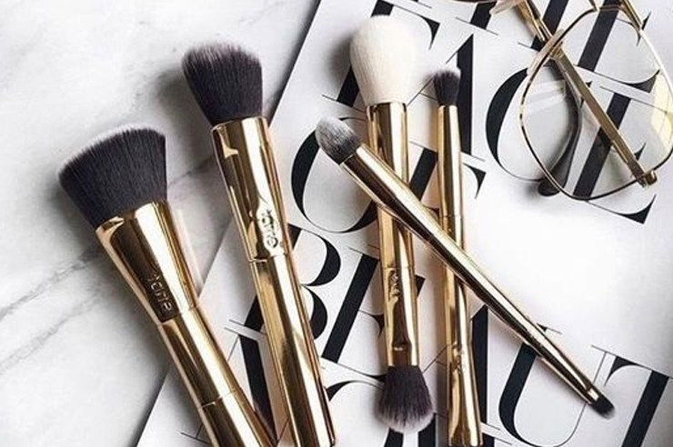 Whether you're looking for an eyeshadow, foundation, concealer or bronzer brush; these are some of the best cheap makeup brushes under $20.