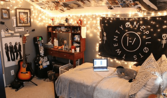 It can be quite stressful when figuring out how to arrange and decorate your very first dorm room. These are some tips to help make your dorm feel bigger!
