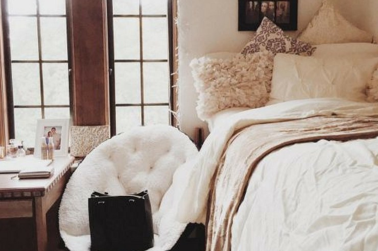 Folding chairs are perfect to store under your bed and pull out when people come to hangout. Here are 15 folding dorm chairs perfect for your small space!