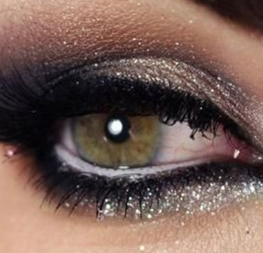You have your pretty dress picked out and your bar ticket was purchased months ago. Check out these 20 New Years Eve makeup looks to ring in 2018!
