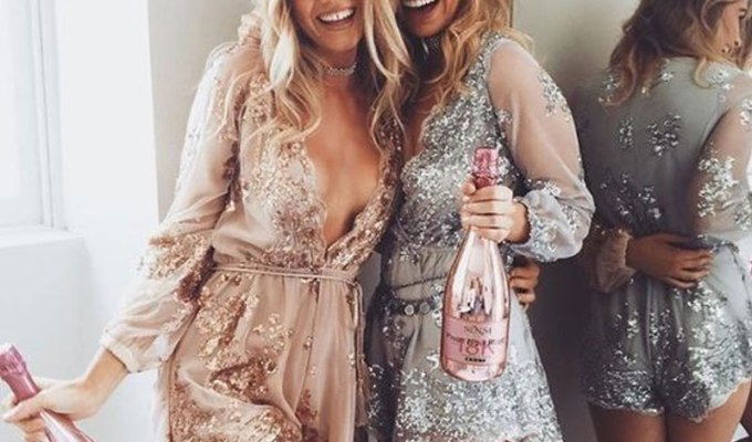 These New Years Eve outfit ideas are perfect for your party! From sequin dresses and pantsuits to fur coats and glitter, here are cute outfits for NYE!