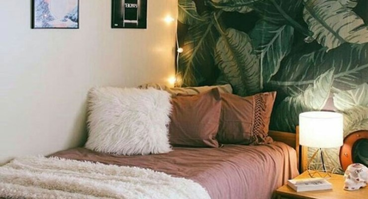 There's nothing quite like coming back to a comfy and cozy dorm room after late night library sessions. Check out these 20 cute dorm decorations for some inspiration!