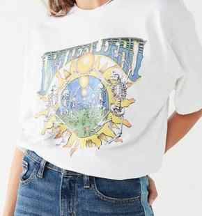 Here are 15 hippie outfits you NEED to copy! We love a good graphic tee!
