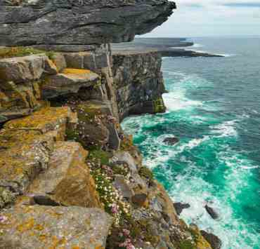 If you are thinking of traveling to Ireland here are some help tips before you set out on your journey. It even helps with packing as the crazy Ireland weather can be hard to prepare for!
