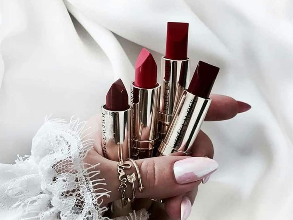 Good lipstick can definitely be hard to find. You need it to have some lipstick qualities like being smudge proof, long lasting, hydrating and affordable pricing. Take a look at these good lipstick qualities that you need to know before shopping for your makeup.