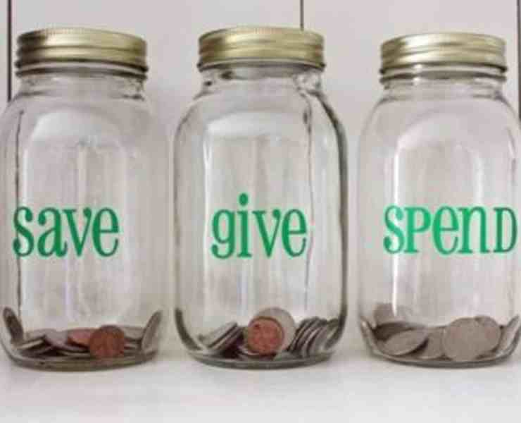Every college student struggles with recklessly spending their money. Here's how to make a weekly budget in college and stick to it!