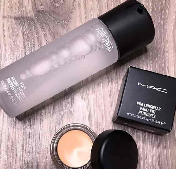 Take a look at these cheap makeup setting sprays! These will help complete and keep your makeup look in tact all day long.