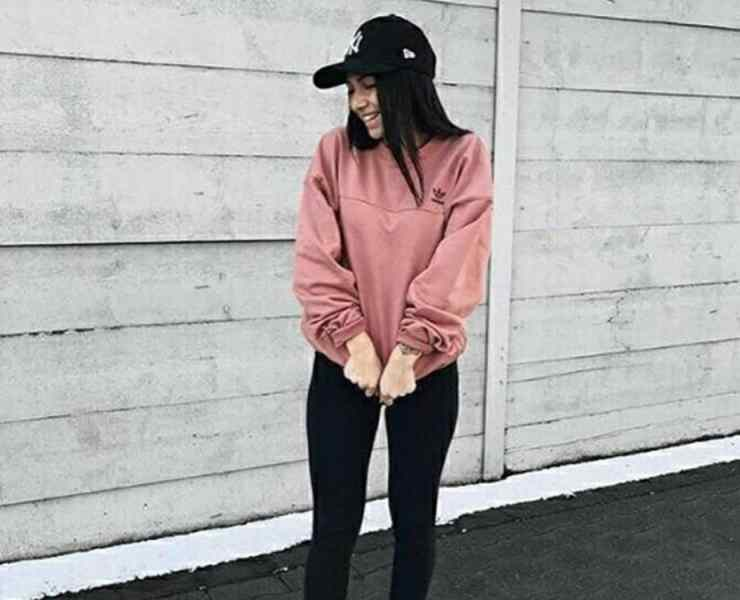 Take a look at these outfits with black leggings that are casual, cute and comfortable! Perfect for class, errands or street style.