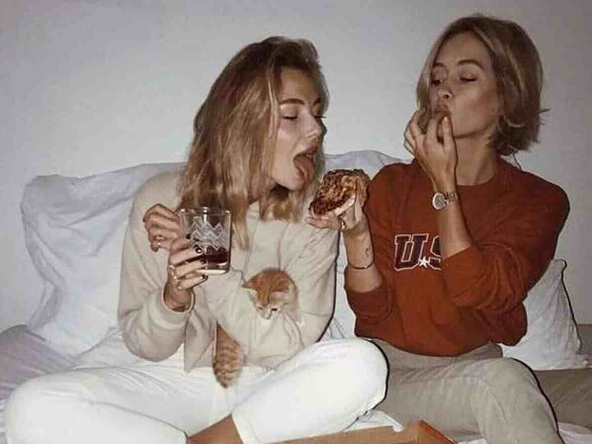 There's so many ways to tell if your college roommate is your best friend. Check out these signs to see if you're on track to becoming BFFs !