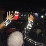Dos personas con las más levantadas portando sendos brazaletes dentro del cine Callao de Madrid