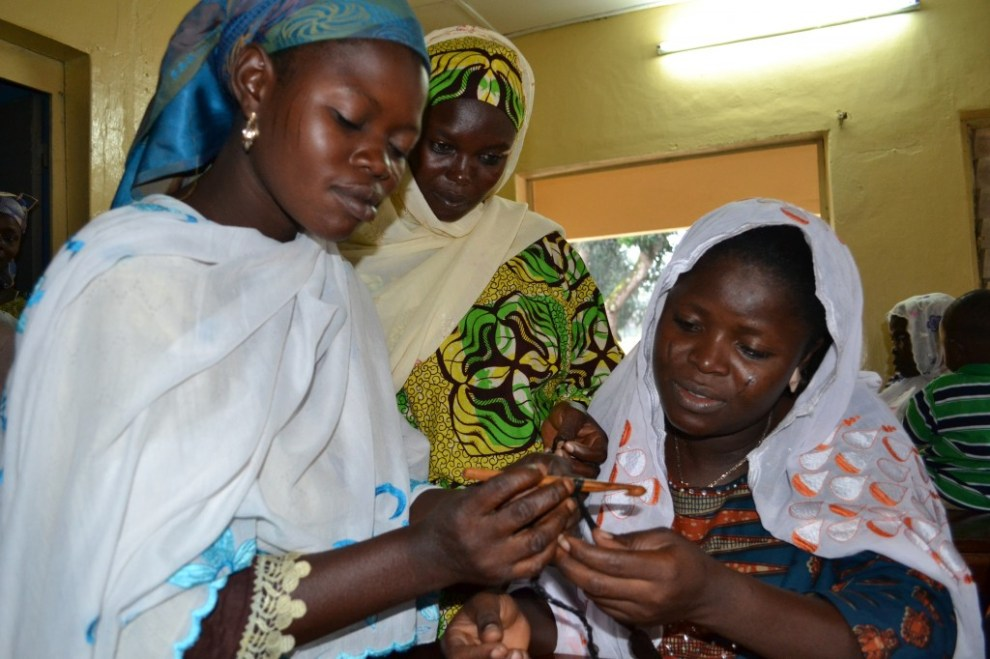 Die ersten Maschen gehen noch schwer von der Hand  - Plastikmüll Plastikmüll Häkeln mit Plastikmüll in Togo (Christine Bertschi)