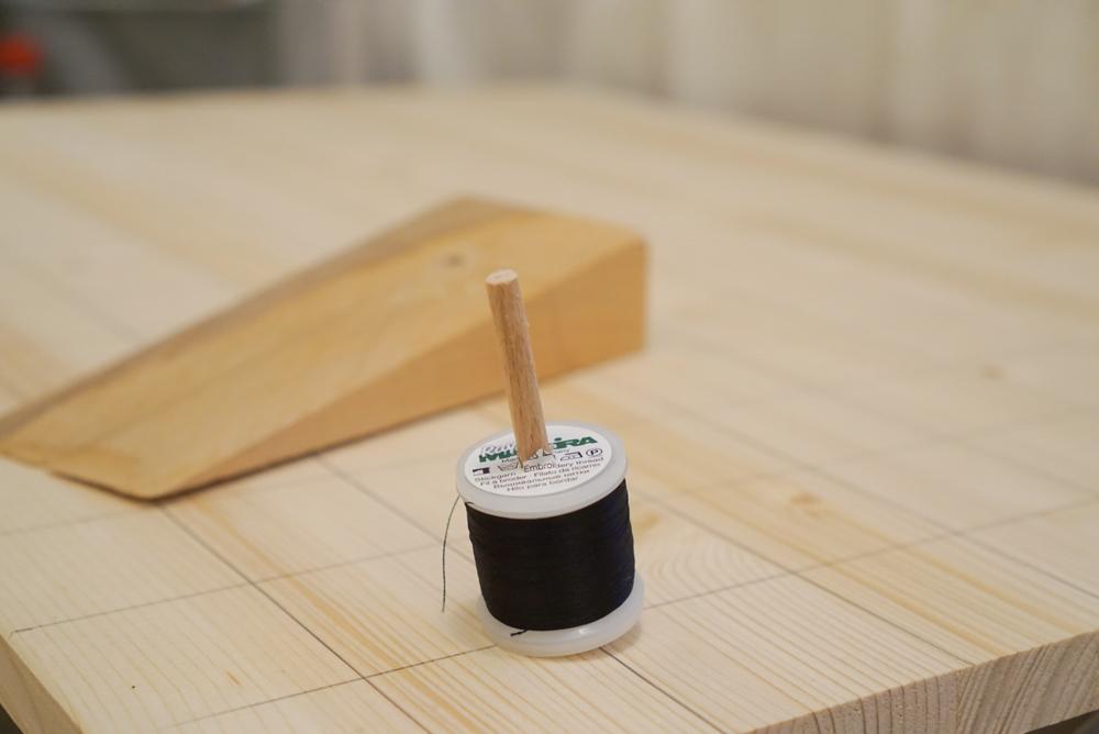 Löcher bohren im schrägen Winkel.  Garnrollenhalter selber bauen