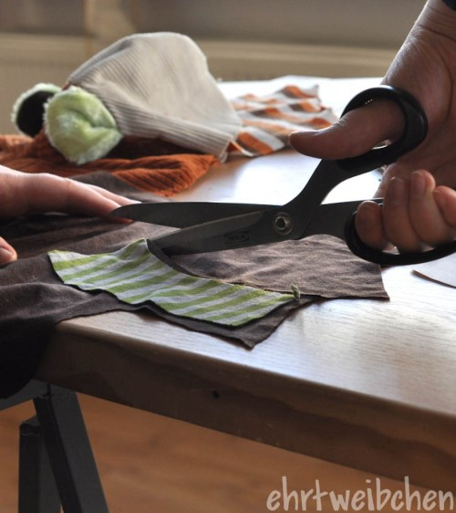 verwertet Stoffreste - Stoffreste werden zugeschnitten  Charlotte Ehrt verwertet Stoffreste zu phantasievollen Kuscheltieren