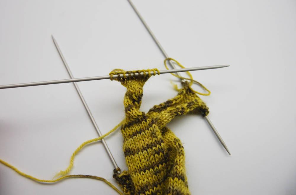 gestrickter Knoten-Schal-11  Anleitung: Dekorativer gestrickter Knoten-Schal