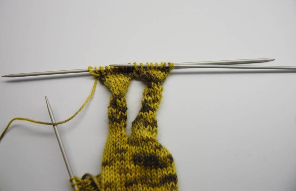 gestrickter Knoten-Schal-12  Anleitung: Dekorativer gestrickter Knoten-Schal