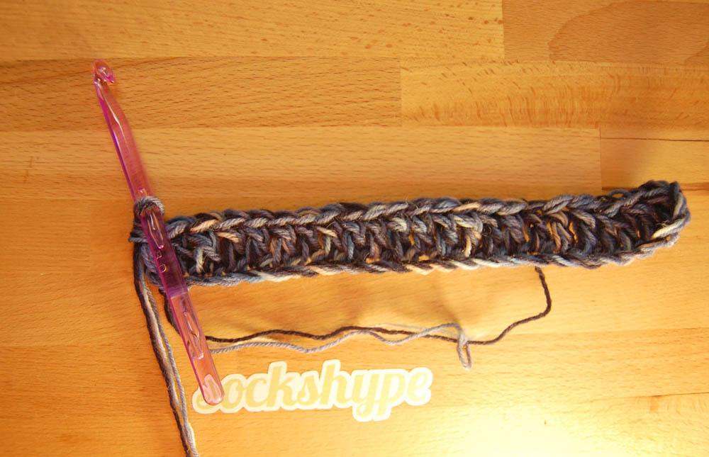 Loop häkeln, erste Reihe Stäbchen  Anleitung: Loop häkeln im Korbmuster aus Wollresten