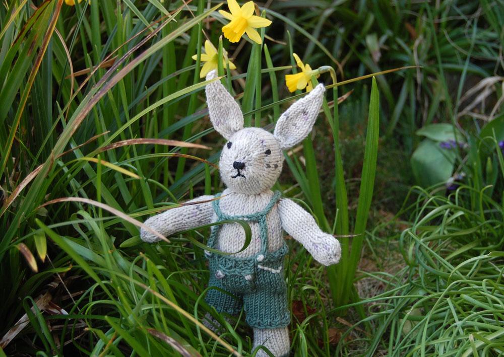 Gestrickter-Hase---im-Grünen  10 entzückende Osterdekorationen und -verpackungen