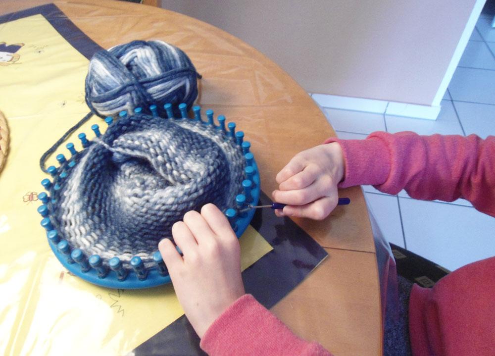 Kinder stricken - mit dem Strickring  Kinder stricken - Die zehnjährige Martha kann es!