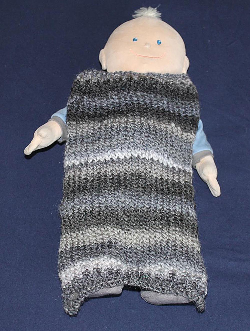 Kinder stricken - Decke für die Puppe  Kinder stricken - Die zehnjährige Martha kann es!
