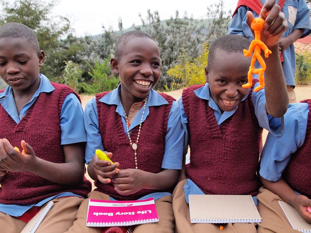 """Intombi - Schulmädchen intombi INTOMBI-PROJEKT """"Einfädeln bitte"""" – Mädchen in Ruanda lernen nähen für eine bessere Zukunft"""