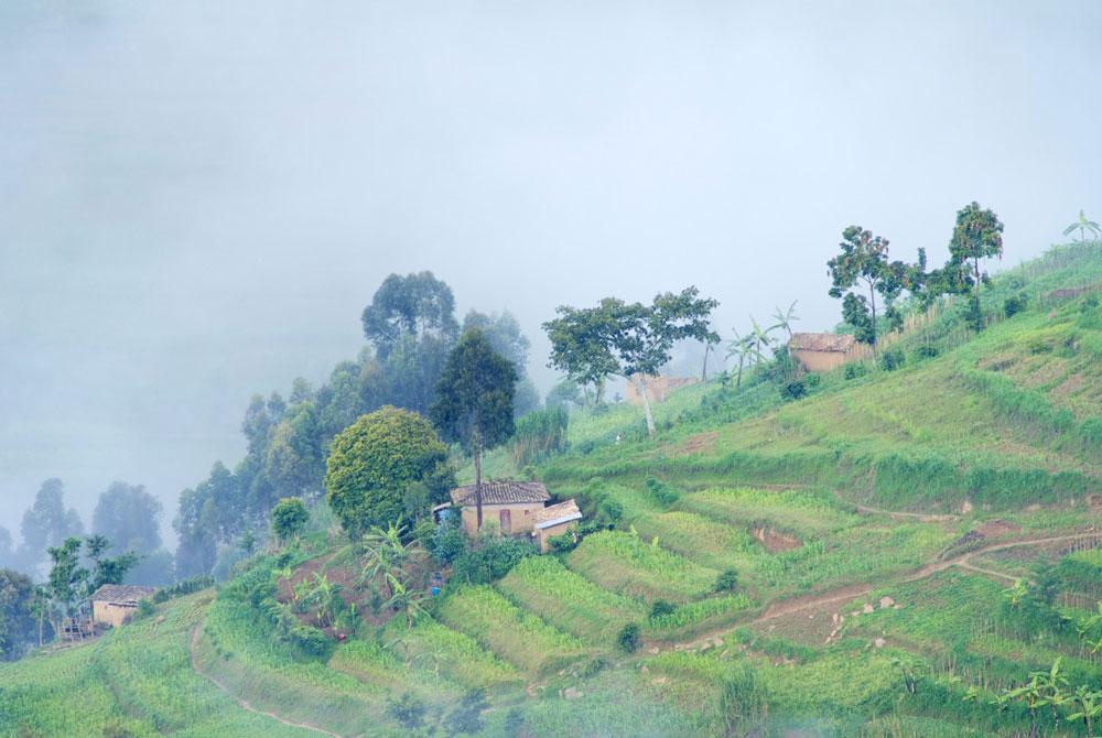 """intombi - Ruanda Terrassenlandschaft intombi INTOMBI-PROJEKT """"Einfädeln bitte"""" – Mädchen in Ruanda lernen nähen für eine bessere Zukunft"""