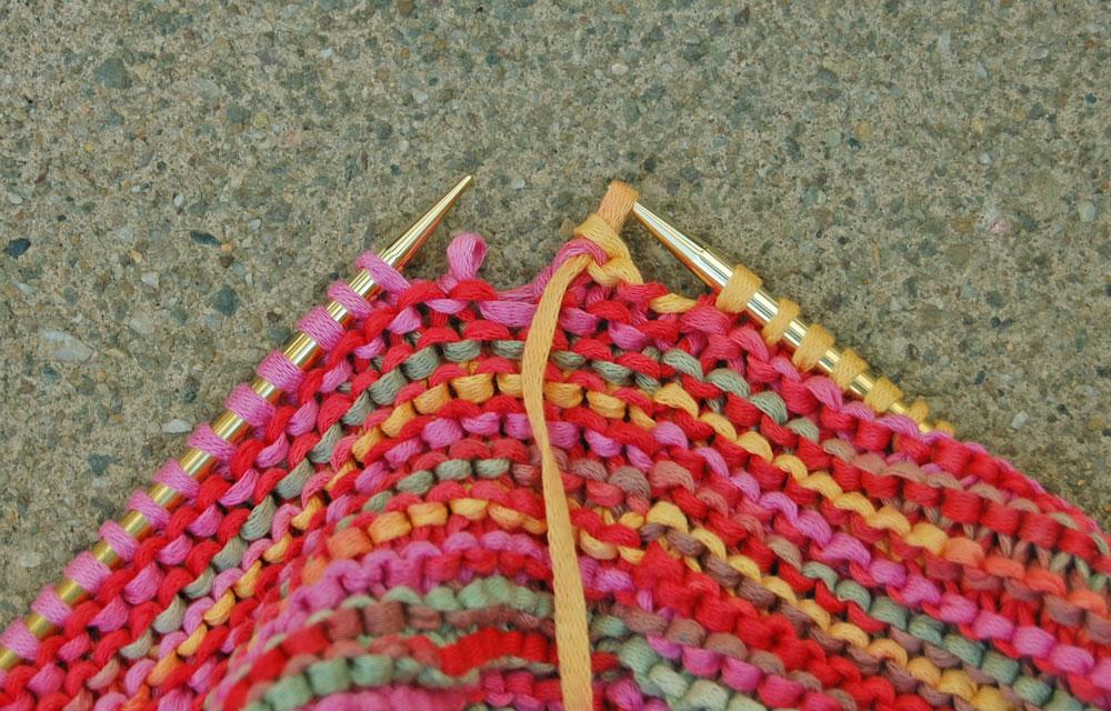 Fallmaschenloop stricken - Fallmasche von Nadel streifen  Anleitung: Sommerlichen Fallmaschenloop stricken