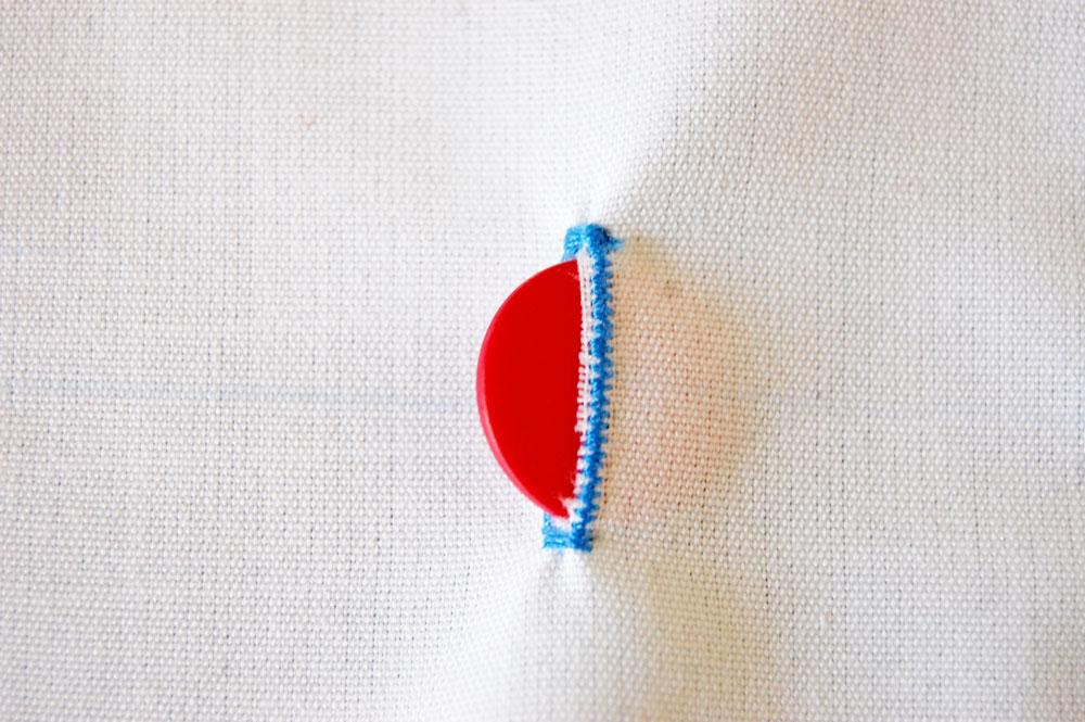 Knopf annähen - Knopf passt durch Knopfloch knopfloch nähen Zugeknöpft - Knopfloch nähen