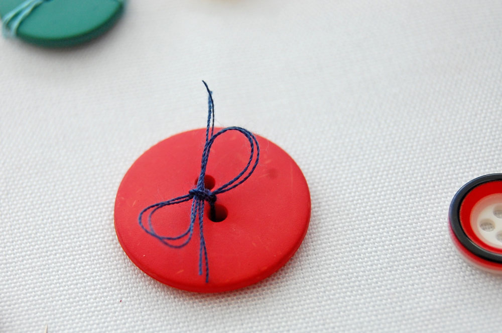 Knopf mit Schleife knopf annähen Zugeknöpft - Knopf annähen - So einfach geht es.
