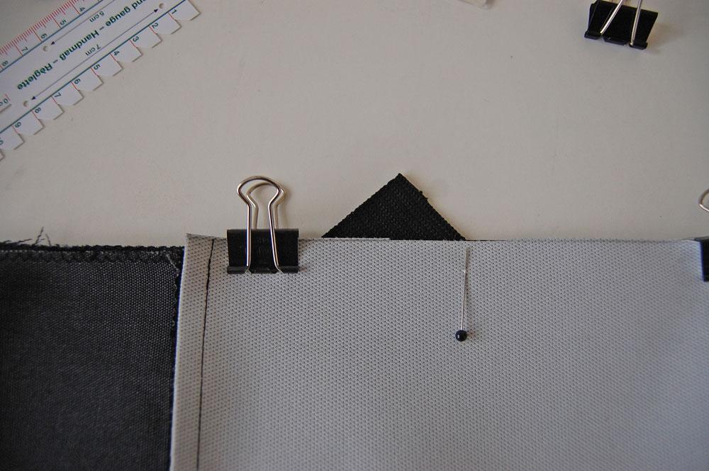 Rucksack nähen - Gurtband wird zwischen den Stoff geschoben  Anleitung: Schicken Rucksack nähen - Basismodell