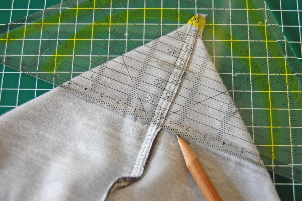 Rucksack nähen - Die Ecke wird angezeichnet.  Anleitung: Schicken Rucksack nähen - Basismodell